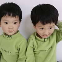 可爱的双胞胎三兄弟